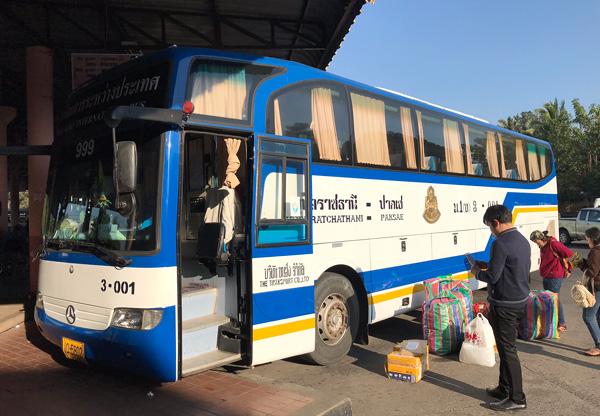 こちらはパクセー行き国際バス