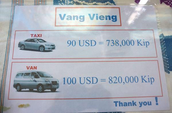 バンビエン行きのタクシーとミニバン