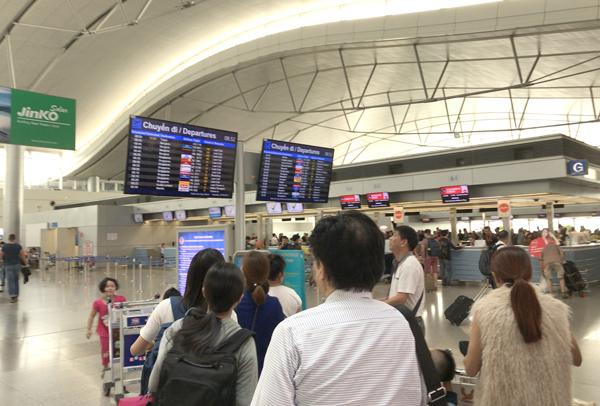 タンソンニャット国際空港の出発フロア