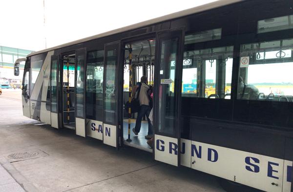 バスで飛行機まで移動