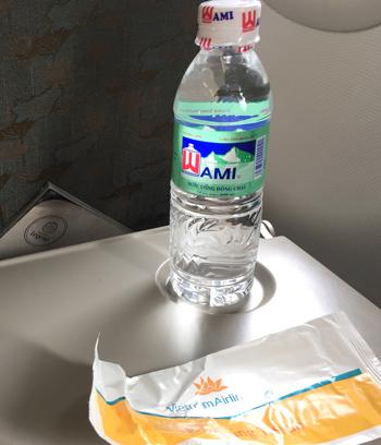 水とウェットティシュ