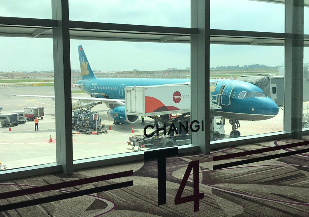 チャンギ空港ターミナル4に駐機中のベトナム航空機