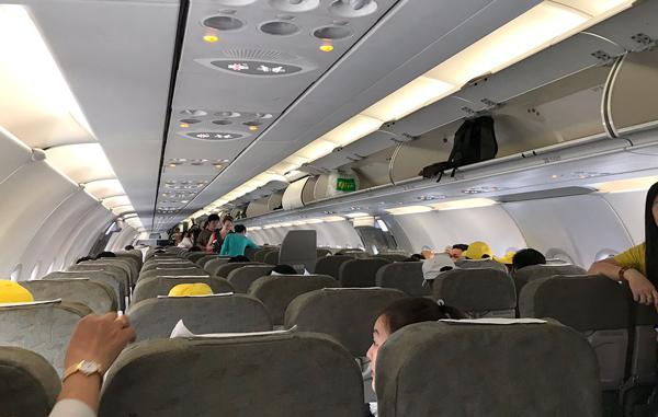 機内は満席