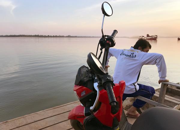 メコン川をバイクと共に渡河