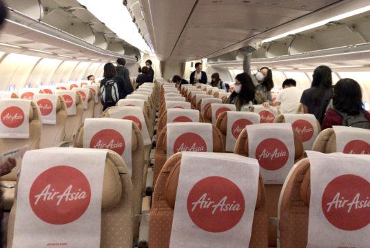 座席配列は2-4-2