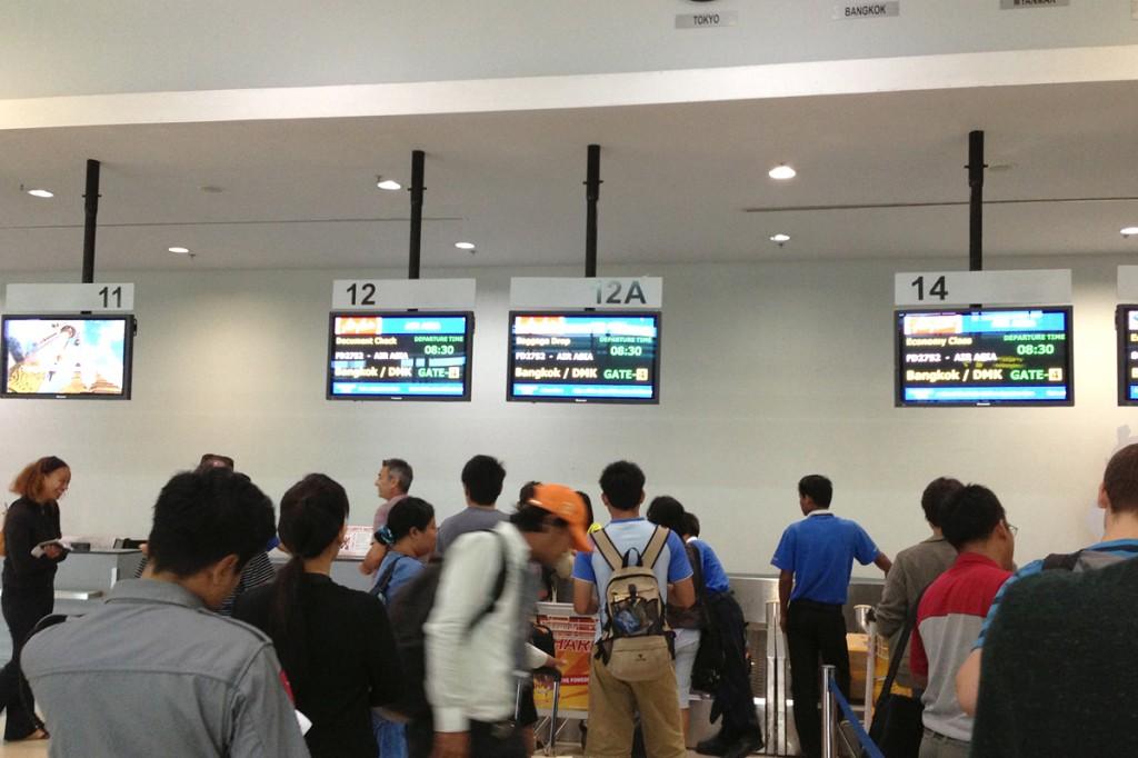 ヤンゴン国際空港チェックインカウンターの様子
