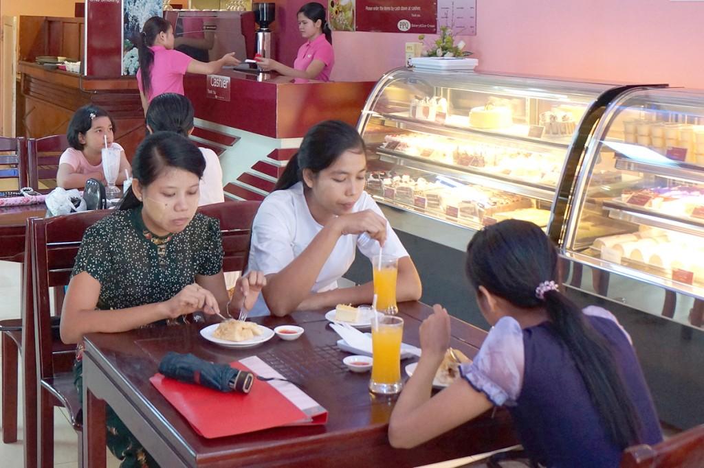 ヤンゴン市内のカフェ