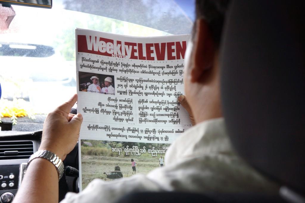 ウィークリーイレブンを読むタクシー運転手