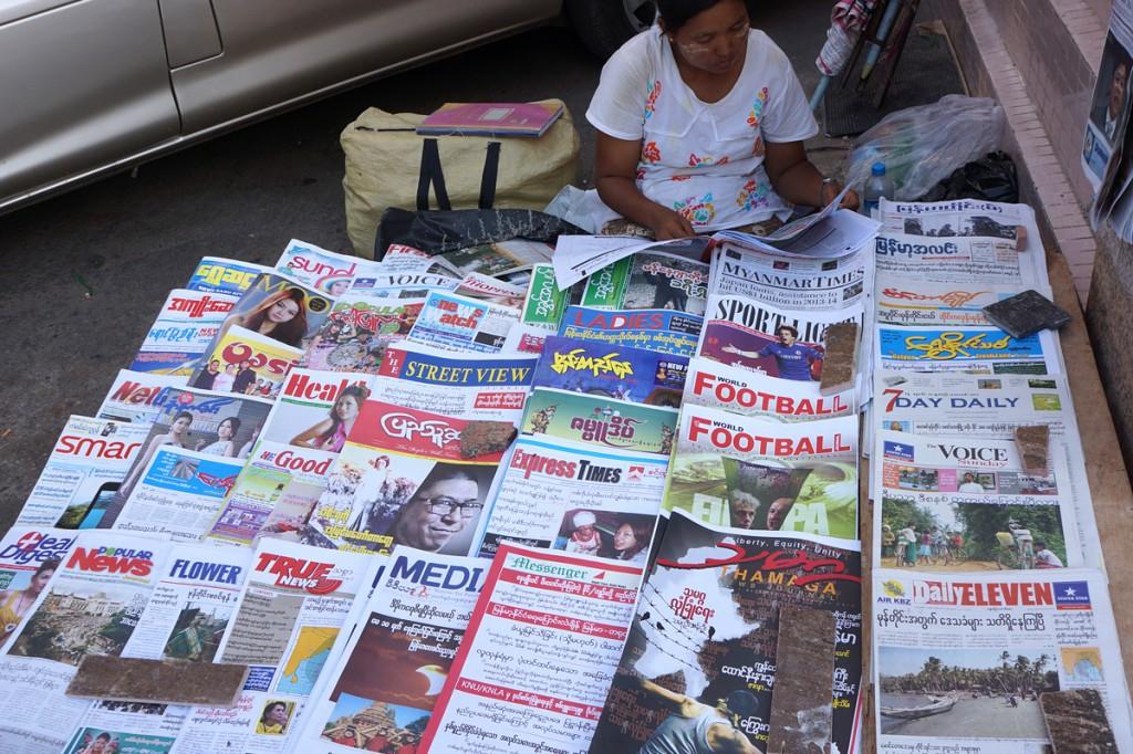 ヤンゴンの路上新聞売り