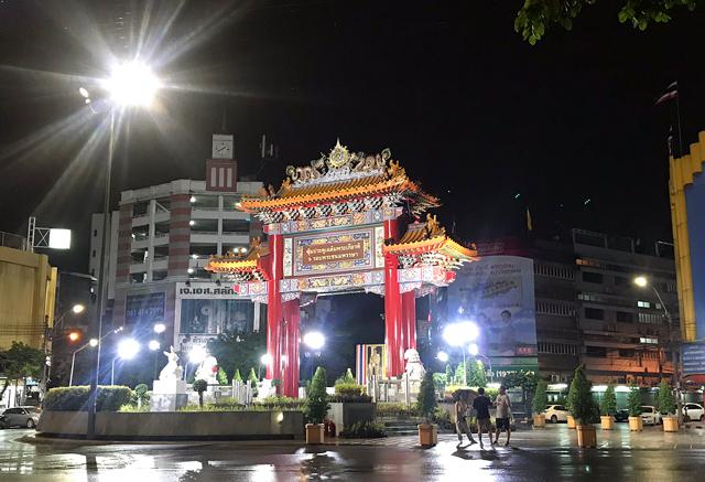 ヤワラー通り入口に建つ中華街門