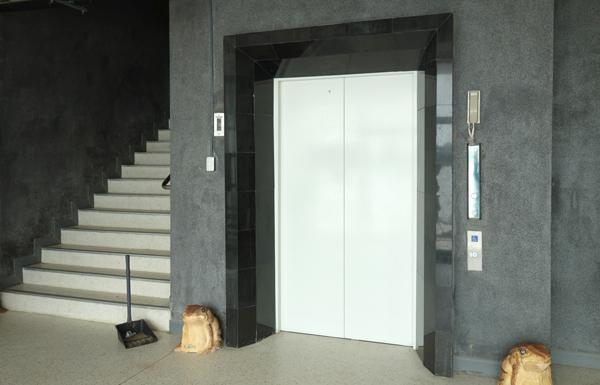 内部にはエレベーターも