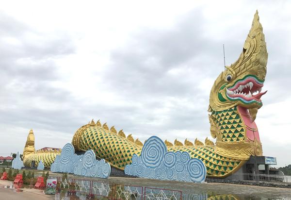 巨大ナーガ像