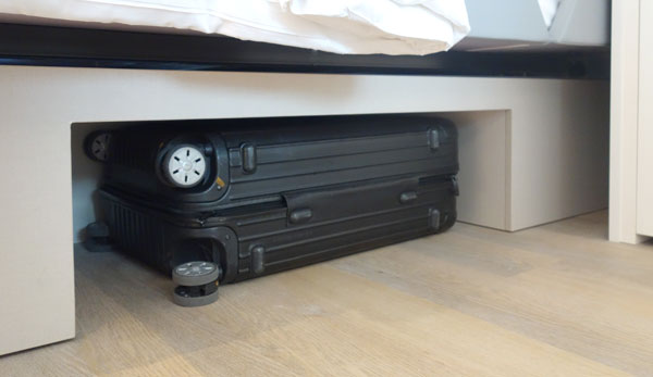 スーツケースはベッドの下に収納可能