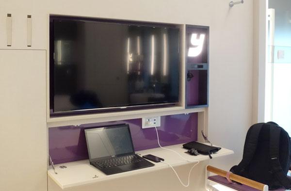 液晶テレビ、簡易テーブルなど